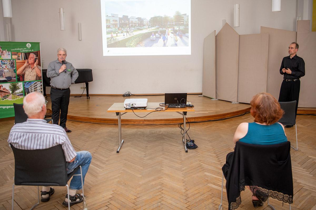 WGS-Geschäftsführer Thomas Köchig und Architekt Maik Buttler stellten gemeinsam die ersten Ideen vor