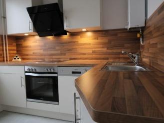 moderne Küche mit Unterbau-LED-Beleuchtung